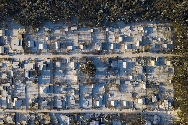 Vista dall'alto di un villaggio estivo in inverno nella foresta vicino a minsk. bielorussia.