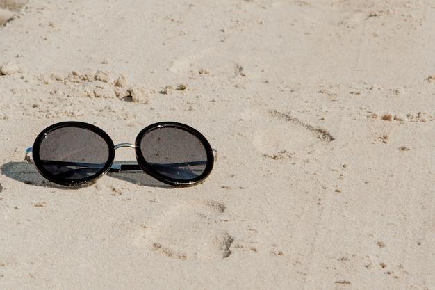 Vista dall'alto degli occhiali da sole sulla spiaggia