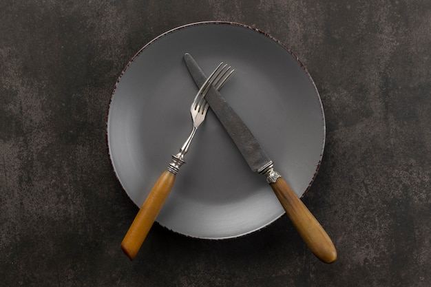 Assortimento da tavola vista dall'alto con piatto e posate