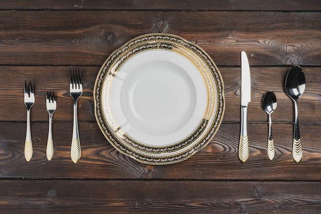 Vista dall'alto della tabella impostata sul tavolo di legno scuro