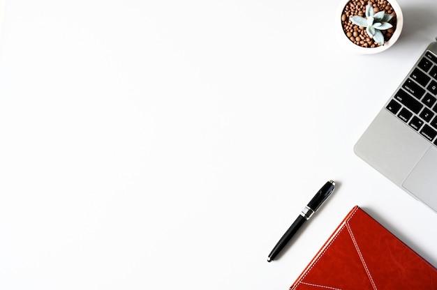 Compressa, smartphone, topo e tastiera di vista superiore sulla scrivania vista superiore con lo spazio della copia.