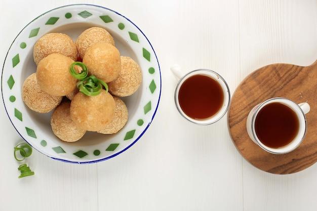 Vista dall'alto tahu bulat (tofu tondo), piatto preferito indonesiano, fritto e condito con condimento in polvere