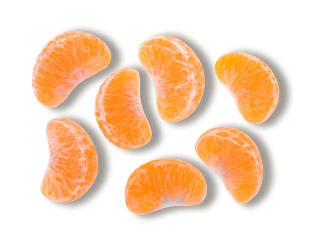 Vista dall'alto di mandarino isolato su sfondo bianco. (lungo i sentieri)