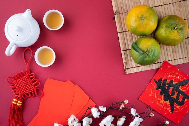 Vista dall'alto del mandarino sul fondo della tavola rossa per il nuovo anno lunare cinese