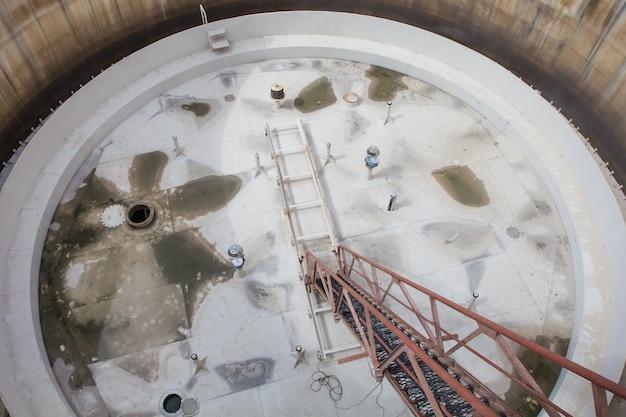 Vista dall'alto scala del tetto galleggiante dell'olio del serbatoio e piastra della piattaforma del tetto