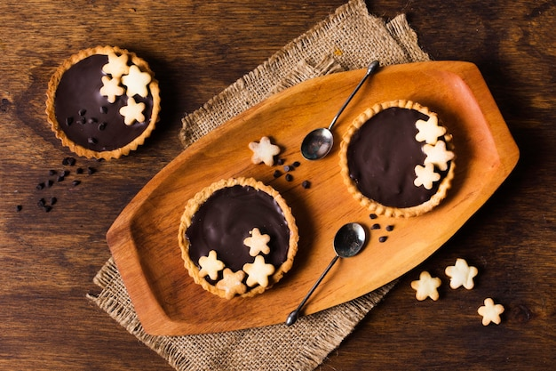 Vista dall'alto gustose torte di cioccolato pronte per essere servite