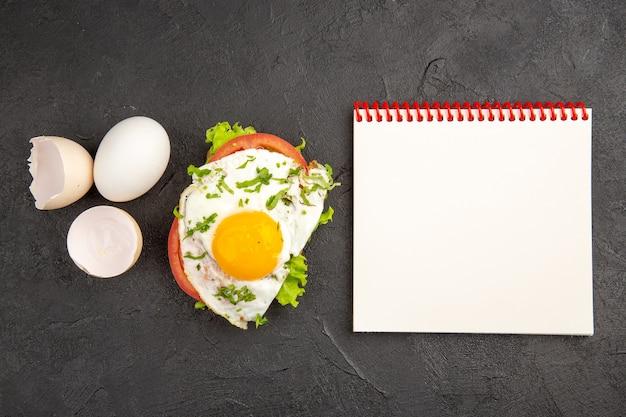 Vista dall'alto gustoso panino all'uovo con uova fresche su sfondo scuro bollire il pasto colazione cibo frittata pane all'uovo pranzo