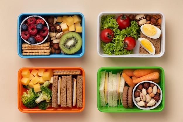 Disposizione di scatole per il pranzo di cibo gustoso vista dall'alto