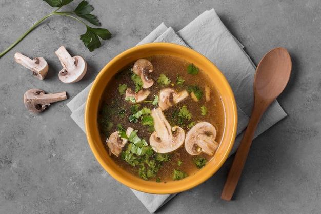 Vista dall'alto gustosa zuppa di funghi