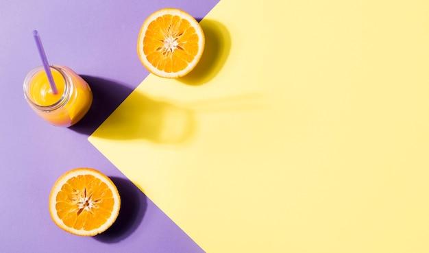 Vista dall'alto gustoso succo d'arancia con spazio di copia