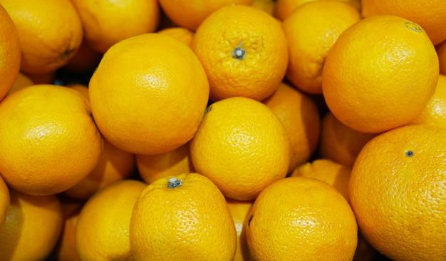 Vista dall'alto di gustose arance spagnole appena raccolte nel mercato