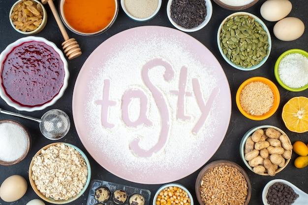 Vista dall'alto gustosa scritta farina con noci semi cereali uvetta e gelatina su sfondo scuro torta colazione cibo colore pasta torta polvere cuocere