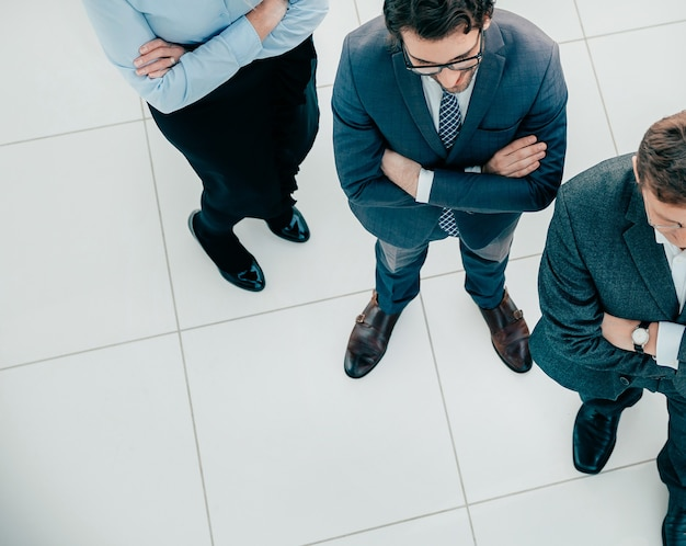 Vista dall'alto team di professionisti fiduciosi in piedi in ufficio