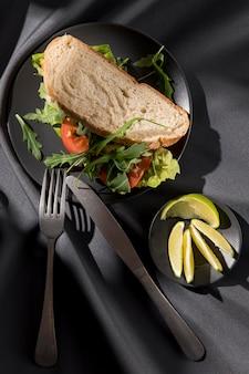 Vista dall'alto del panino tostato con pomodori, verdure e lime