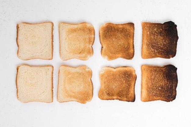 Vista dall'alto della disposizione del pane tostato
