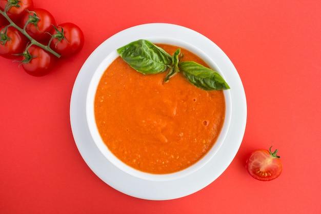 Vista dall'alto sulla zuppa di pomodoro nella ciotola scura