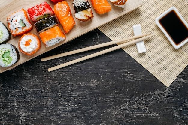 Composizione in un piatto giapponese tradizionale vista dall'alto con lo spazio della copia