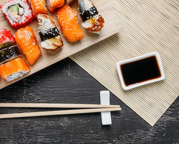 Composizione di piatti giapponesi tradizionali vista dall'alto