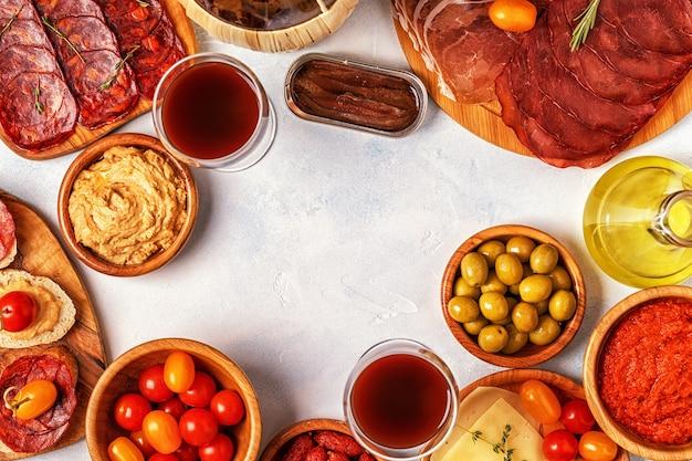Vista dall'alto di tapas spagnole tradizionali
