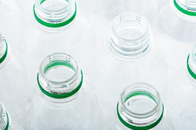 Vista dall'alto di bottiglie di plastica trasparenti senza coperchi, concetto di rifiuti di plastica