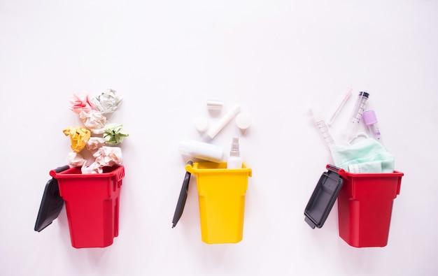 La vista superiore dei bidoni della spazzatura, ricicla il concetto.
