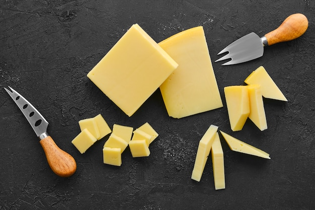 Vista dall'alto di due tipi di formaggio semiduro