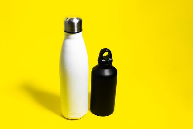 Vista dall'alto di due bottiglie termiche riutilizzabili eco, in acciaio e alluminio
