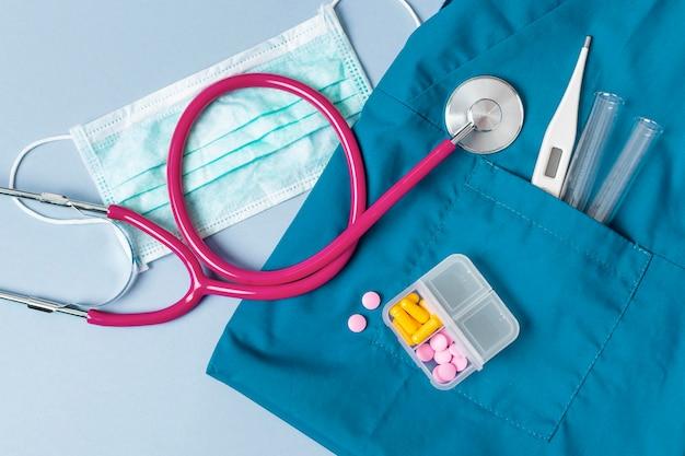 Uniforme vista dall'alto con stetoscopio