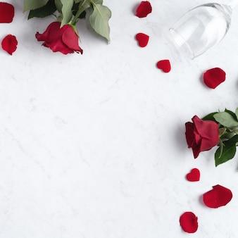 Vista dall'alto del concetto di san valentino con rose e vino, concetto di design regalo festivo per appuntamenti speciali.
