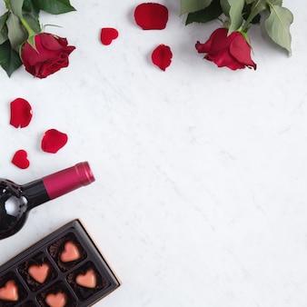 Vista dall'alto del cioccolato di san valentino con rose e vino