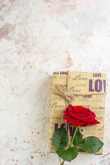 Vista dall'alto regalo di san valentino con rosa rossa su sfondo chiaro sentimento passione coppia amore matrimonio amante cuore colore spazio libero