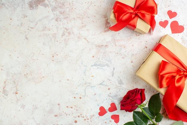 Vista dall'alto regali di san valentino con fiocco rosso su sfondo chiaro amante del colore coppia matrimonio cuore sentimento amore rosa spazio libero