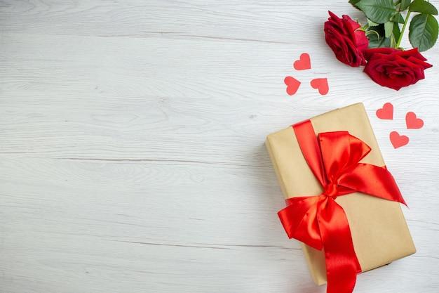 Vista dall'alto regali di san valentino con rosa rossa su sfondo bianco passione sentimento coppia matrimonio cuore amante vacanza amore nota spazio libero