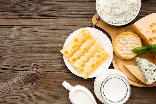 Vista dall'alto varietà di formaggio e latte con spazio di copia
