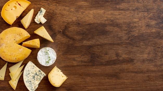 Vista dall'alto varietà di formaggi con spazio di copia