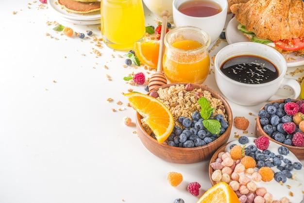 Vista dall'alto varie colazioni sul tavolo
