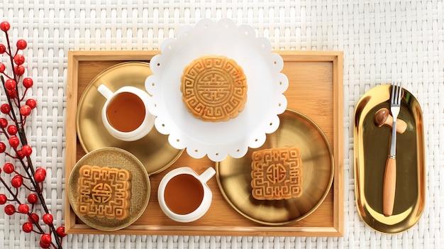 Vista dall'alto varie forme di torta di luna (mooncake) snack da dessert cinese durante il festival di metà autunno del capodanno lunare. concetto bianco brillante panetteria asiatica. copia il concetto di spazio per il mid autumn festival