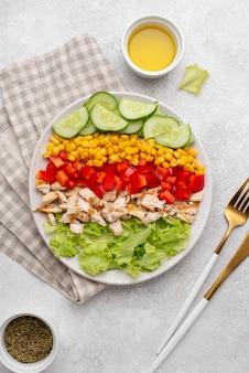 Vista dall'alto insalata vegetariana con pollo ed erbe aromatiche