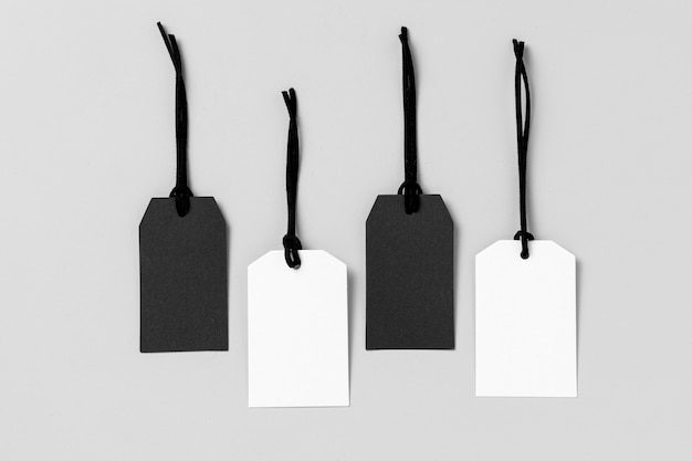 Disposizione di etichette bianche e nere vista dall'alto