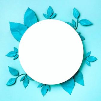 Cerchio bianco vista dall'alto circondato da foglie verdi