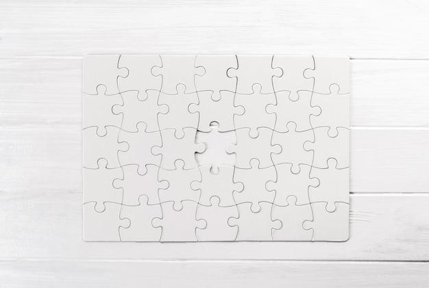 Vista dall'alto del puzzle bianco