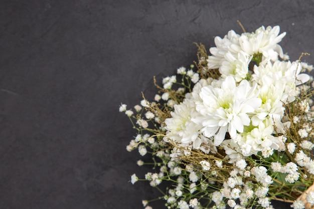 Vista dall'alto fiori da sposa bianchi su sfondo scuro spazio libero