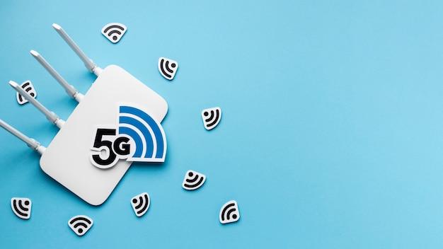 Vista dall'alto del router wi-fi con 5g e copia spazio
