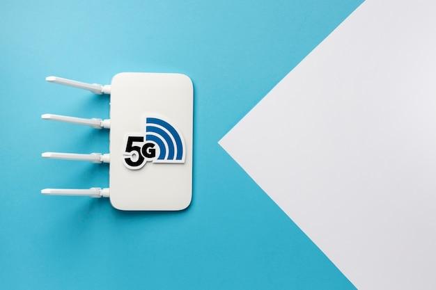 Vista dall'alto del router wi-fi con velocità 5g e spazio per la copia