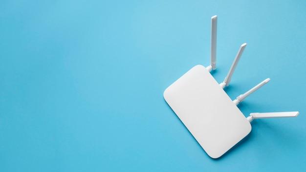 Vista dall'alto del router wi-fi con copia spazio