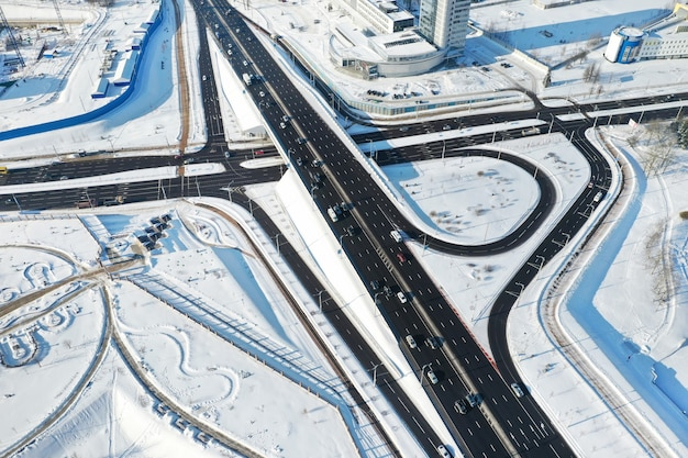 Vista dall'alto del viale dell'indipendenza invernale a minsk.vista dell'incrocio delle strade a minsk. bielorussia.
