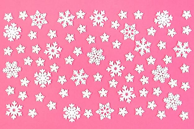 Vista dall'alto dell'ornamento invernale fatto di fiocchi di neve bianchi su sfondo colorato. felice anno nuovo concetto con copia spazio.