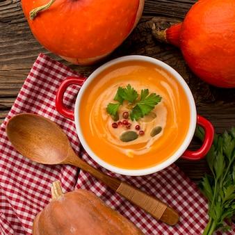 Vista dall'alto della zuppa di zucca invernale in una ciotola con prezzemolo
