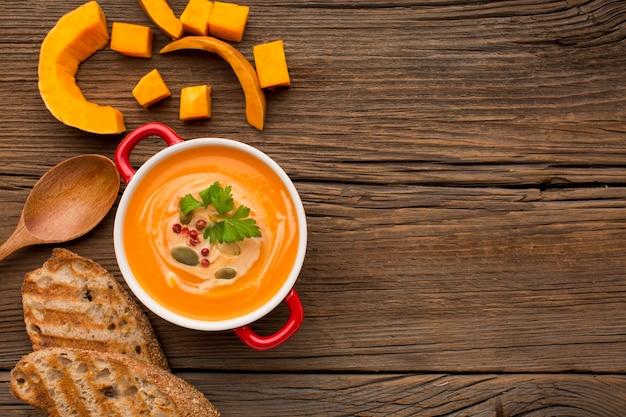 Vista dall'alto della zuppa di zucca invernale con copia spazio e pane tostato