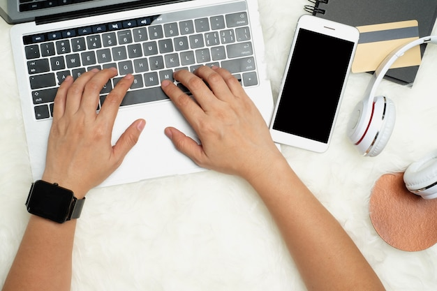 Vista superiore della donna shopping online con la tecnologia digitale